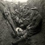 軍人在戰壕裡防禦